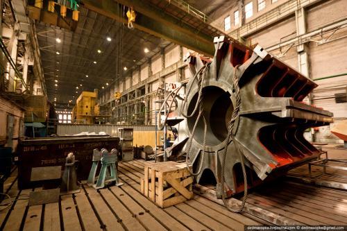 Покраска обода ротора гидрогенератора для Зарамагской ГЭС