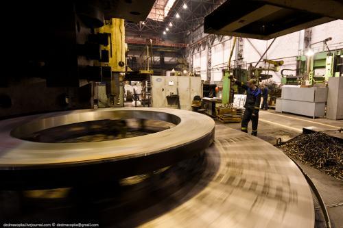 Токарно-карусельный станок поменьше в работе. Обработка диска подпятника гидрогенератора