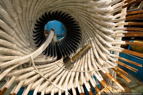 Вот таким «молотком»  укладывают катушки в статор электродвигателя