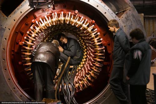 Стержни укладываются в статор турбогенератора и закрепляются